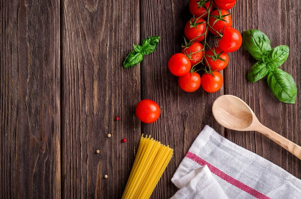 """Les repas """"vite fait"""" sont souvent le lot de la vie étudiantes.. Apprenez lui à faire de bons petits plats faciles et sains !"""